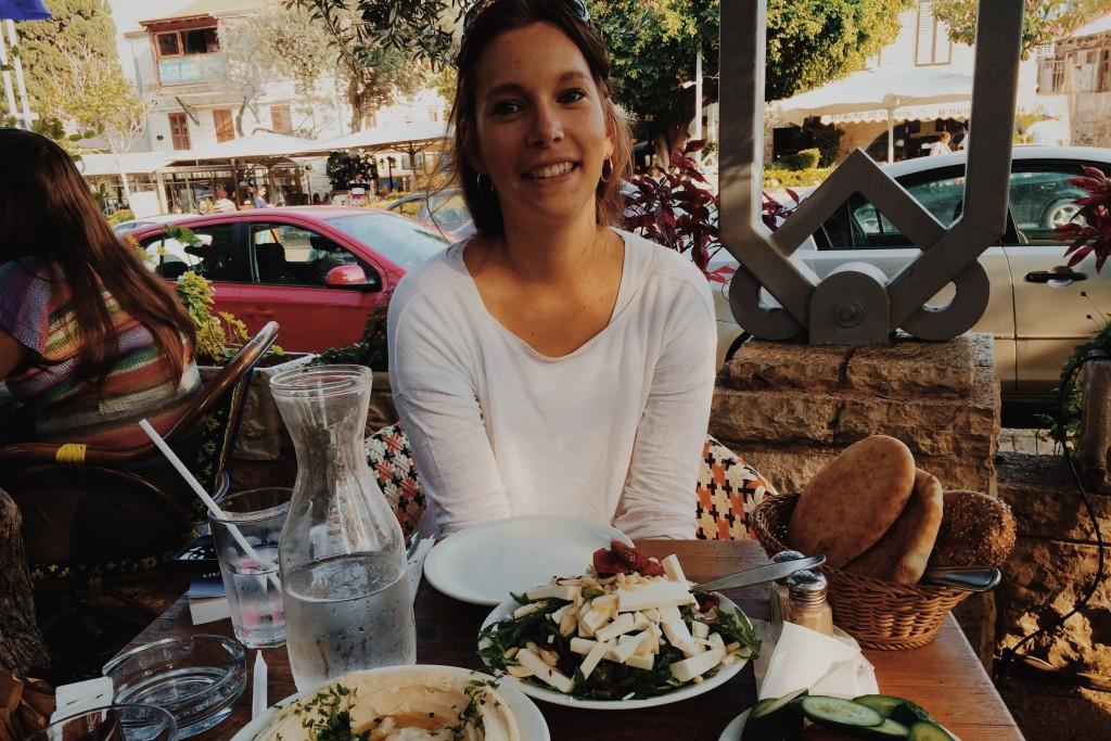 Glücklicher Blick vor vollem Teller, in Haifa: Ich liebe israelisches Essen. Bei Chen und Alon war wegen Sabbat aber Technikverbot und der Foto musste in der Tasche bleiben.