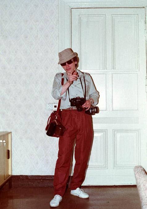 So verkleidet man sich als Tourist. Stasi-Fotobeispiel.